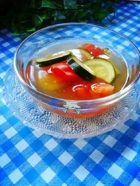 トマトとズッキーニの冷製コンソメスープ