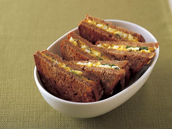 カレー風味卵サラダ サンドイッチ
