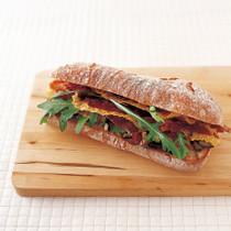 カリカリに焼いたプロシュートとナスのサンドイッチ
