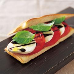 トマト、モッツァレラ、バジルonフォカッチャ