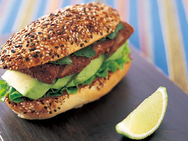 スパイシーツナ&アボカド サンドイッチ