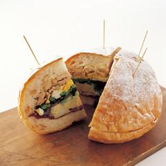 マフレッタ風ツナサラダ サンドイッチ
