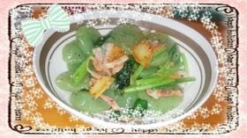刺身こんにゃくと小松菜のにんにく炒め
