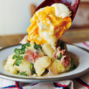 とろとろ卵と生ハムのポテサラ