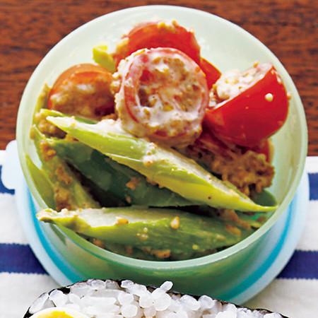 アスパラとトマトのごまマヨサラダ