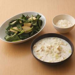 ホウレンソウとリンゴのサラダ(写真左)