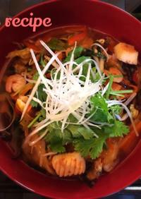 海老辛味噌のスープ海鮮白滝麺東南アジア風