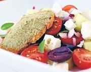 フェタチーズと彩りのサラダタプナード添えの写真