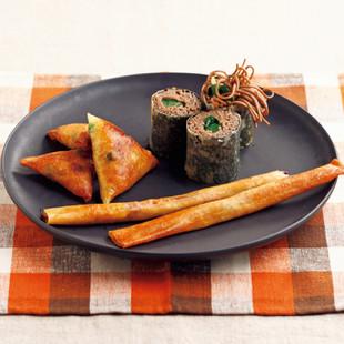 カレーご飯のサモサ(写真左)