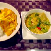 豆乳 グリーンカレーと タイ風オムレツの写真