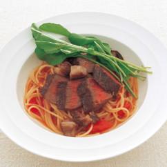生トマトソース仕立ての牛肉タリアータのせ