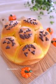 ハロウィンに丸型カボチャのちぎりパンの写真