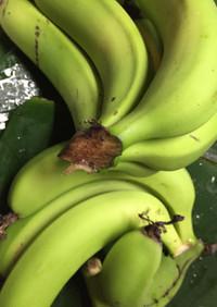 バナナチップとバナナの葉の鶏肉包み蒸し
