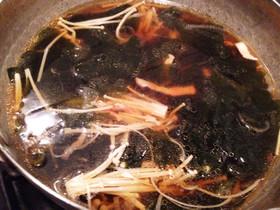 ワカメとエノキとベーコンのあっさりスープ