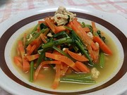 ほうれん草・人参・鶏挽肉のカレースープの写真