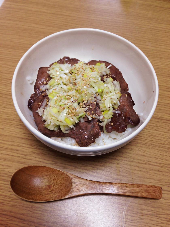 ねぎまみれ塩牛タン丼