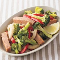 ランチョンミートと彩り野菜の蒸し焼き