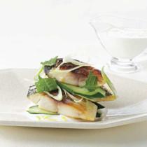 鯖のローストときゅうりのサラダ ヨーグルトソース