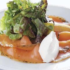グリーンサラダとスモークサーモンプチ・レストラン風
