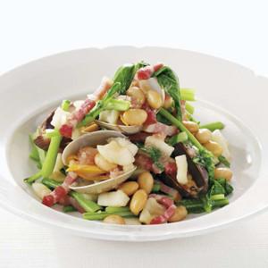 ゆで大豆とあさり、かぶの葉の温かいサラダ