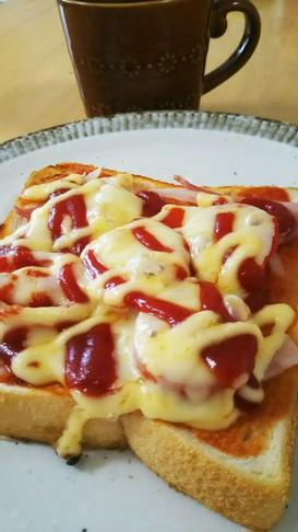 子供も大好き☆簡単トマトピザトースト