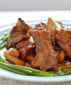 豚のスペアリブとゴボウの梅酒煮