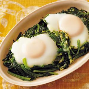 ほうれんそうと落とし卵の蒸し焼き