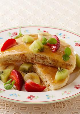 グラノーラホットケーキのフルーツ添え