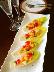 サーモンと彩り野菜のチコリカップサラダの写真