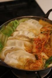★冷凍餃子のキムチ鍋(냉동만두김치찌개)の写真