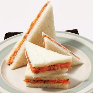 スモークサーモンといくらのサンドイッチ