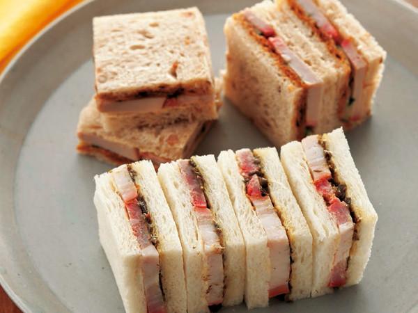 甜麺醤スプレッドの焼豚サンド(写真奥)