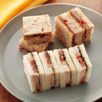 ふきのとうとゴルゴンゾーラチーズの焼豚サンド(写真手前)