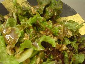 ちぎりレタスと胡桃のサラダ