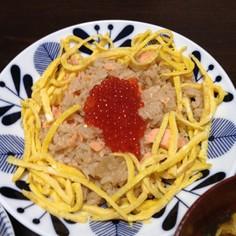 レンジで簡単!鮭の混ぜご飯でイクラのせ