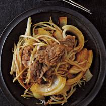 牛肉と玉ねぎ、もやしの蒸し焼き