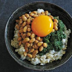 納豆とモロヘイヤの卵のっけごはん