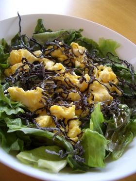 ホットレタスと卵と塩昆布のサラダ