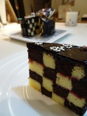 格子模様不思議なケーキの写真