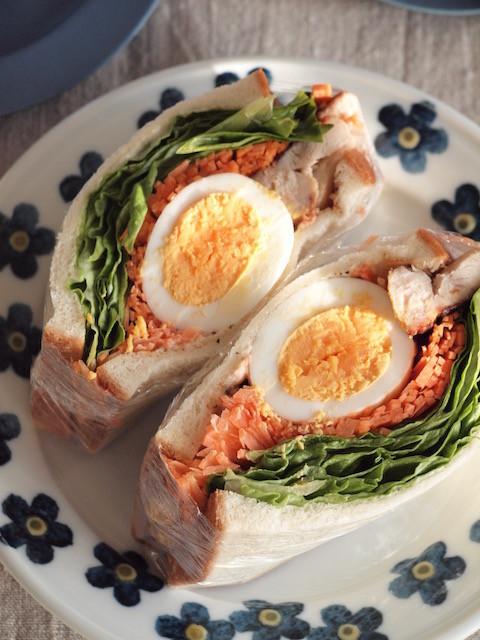 グリルチキンとゆで卵のサンドウィッチ