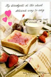 苺ジャムトーストにホットミルクで朝食の写真