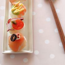 生ハム&クリームチーズの手まりずし(写真手前)