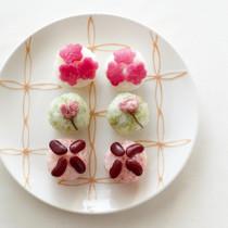 桜の花の塩漬けの手まりずし(写真中央)
