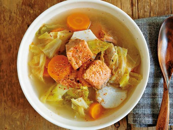 里いも、鮭、にんじん、キャベツの塩バタースープ
