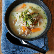 大根、にんじん、豚肉の白みそスープ