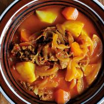 玉ねぎ、にんじん、牛肉、じゃがいものカレースープ
