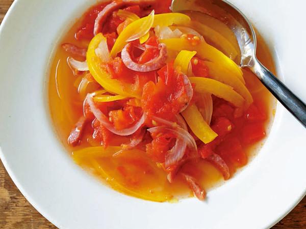 玉ねぎ、パプリカ、ソーセージのトマトスープ