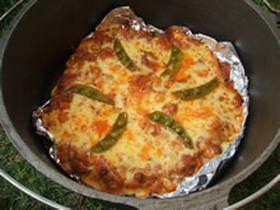 ダッチオーブンでピザ。