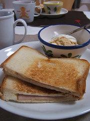 フライパンで作るハムチーズのホットサンドの写真