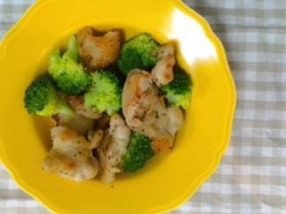 鶏肉とブロッコリーのハーブ炒め